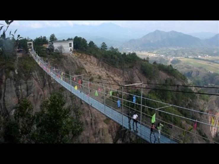بالفيديو مزحة تثير الرعب لزوار جسر زجاجي في الصين