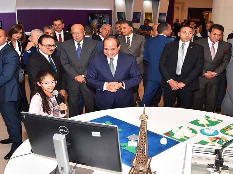 السيسي يداعب أصغر المشاركات بمبادرة الرئيس لرواد تكنولوجيا الاتصالات