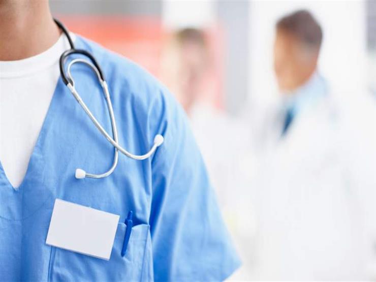 """النيابة تستدعي طبيبًا متهم بنسيان """"فوطة"""" ببطن مريضة"""