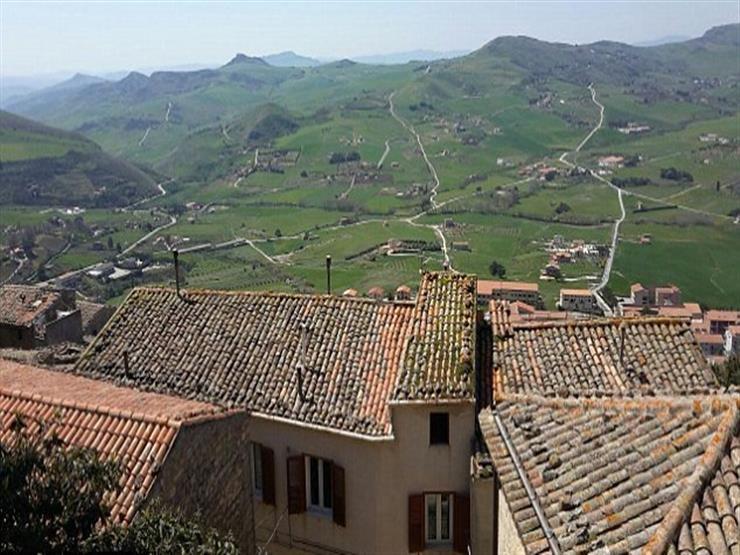 قرية إيطالية تعرض منازلها للبيع بـ 20 جنيهًا فقط.. والسبب