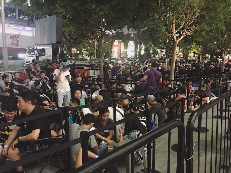 العشرات بدأوا في الانتظار أمام متاجر أبل لشراء آيفون اكس ...