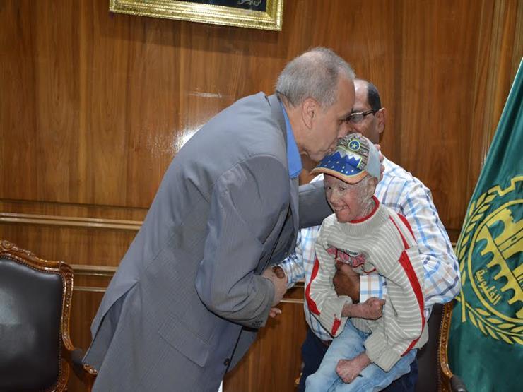 محافظ القليوبية يلتقي طفلا مريض بالصدفية ويأمر بتوفير علاج ل...مصراوى