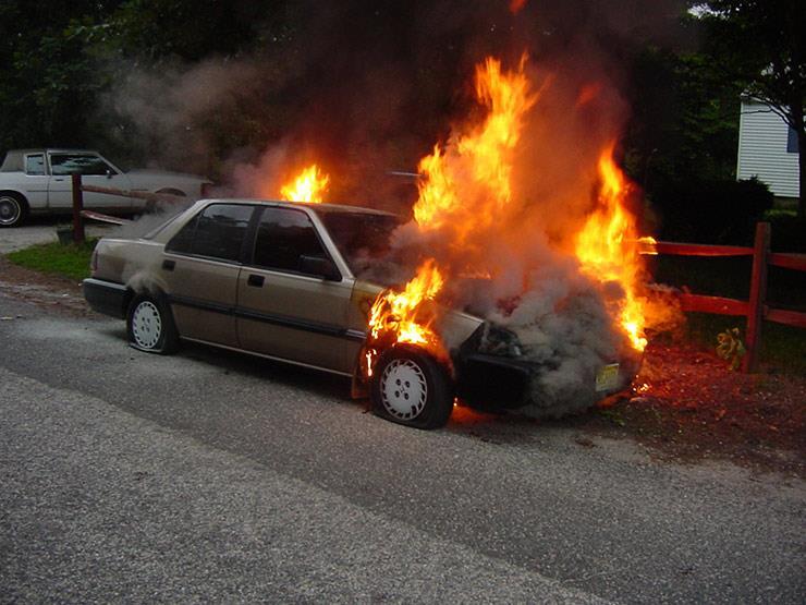 تعرف على التصرف الأمثل عند اشتعال السيارة أثناء القيادة.. فيديو