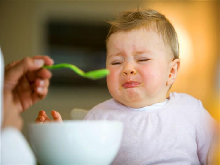 10 أخطاء ترتكبيها أثناء تقديم الطعام لطفلك