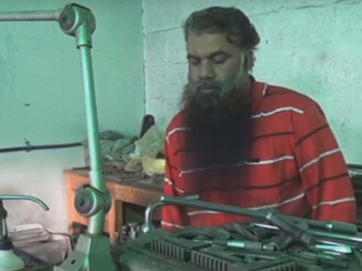بعد أن عجز عن حفظه.. حداد هندي يكتب القرآن كاملًا بخط يده