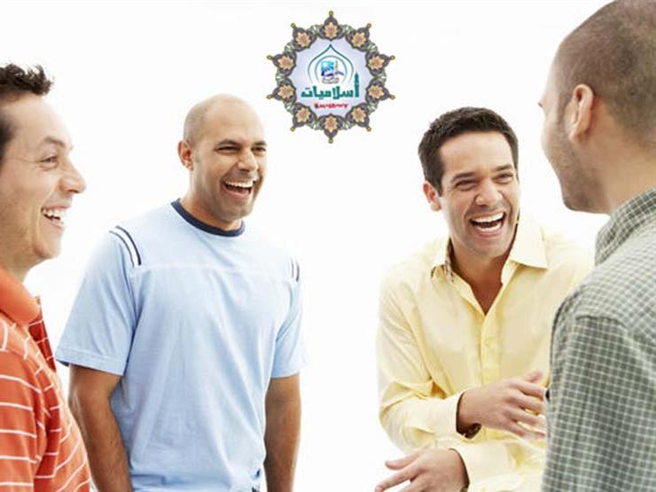 الكذب أثناء الحديث الأصدقاء لإضحاكهم