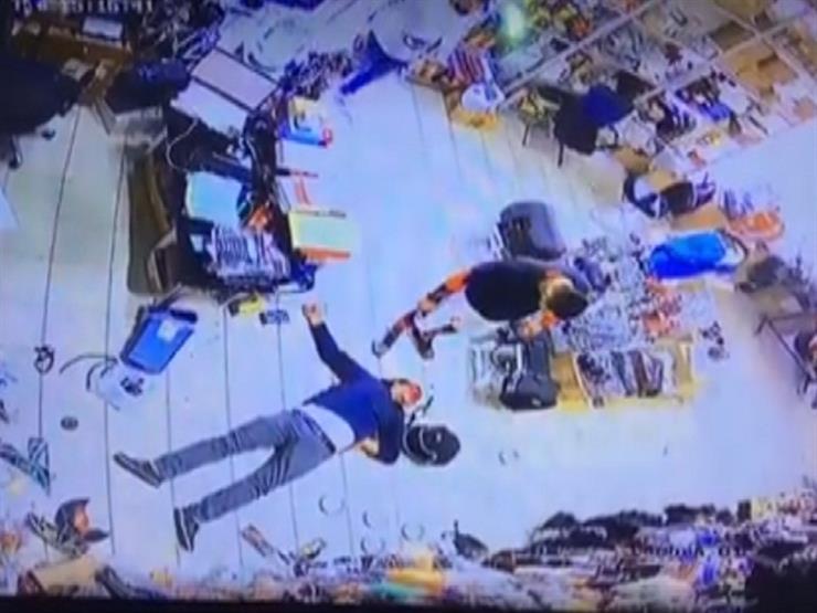 كويتي يعتدي بالضرب على مواطن مصري - فيديو