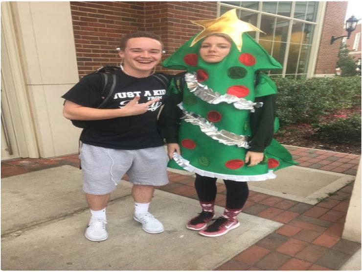 طالبة بزي شجرة عيد الميلاد