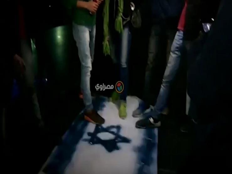 نشطاء مصريون يحرقون العلم الإسرائيلي على سلم نقابة الصحفيين