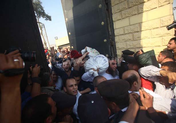 """بالفيديو - لحظة خروج الدفعة الثانية من المفرج عنهم بعد """"العفو الرئاسي"""""""