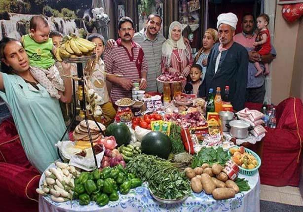 مصور عالمى يرصد: أسرة مصرية من 12 فردا تحتاج 1200 جنيه لطعامها فى أسبوع