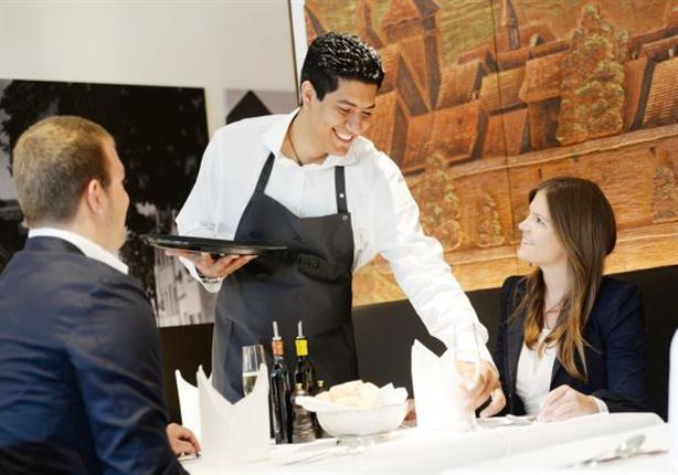 """مطعم أمريكي يفصل """"جرسون"""" طالب الزبائن بـ""""إثبات إقامتهم الشرعية"""" قبل خدمتهم"""