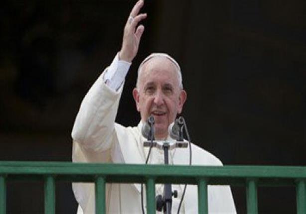 بابا الفاتيكان يغسل أقدام شخص تحول من الإسلام للمسيحية