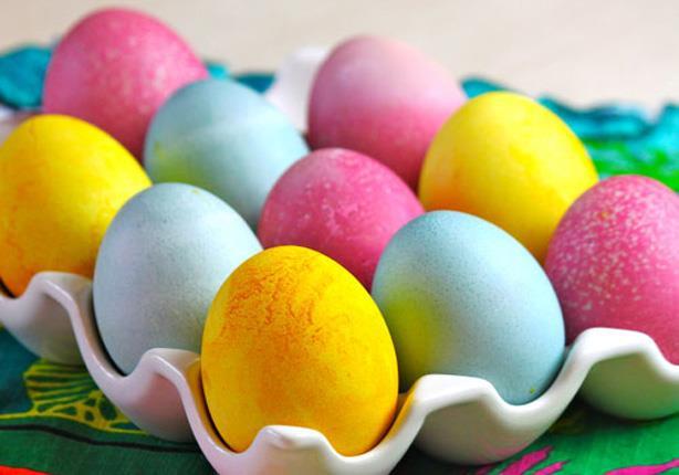 الكرنب والبن والبصل.. تعرف على الوصفات الطبيعية لتلوين البيض