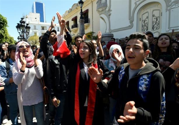 بعد 7 أعوام من ثورة الياسمين.. الجارديان: الديمقراطيون في مرمى الشارع التونسي