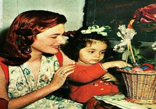 مريم فخر الدين وابنتها مع بيض شم النسيم