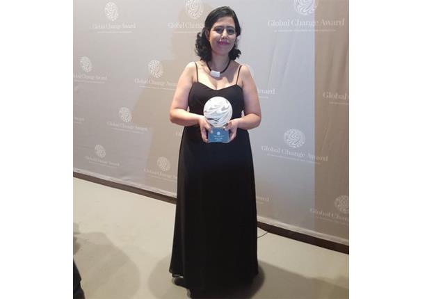 """مصممة مصرية تصنع أزياء من """"روث الأبقار"""".. وتحصد جائزة عالمية"""