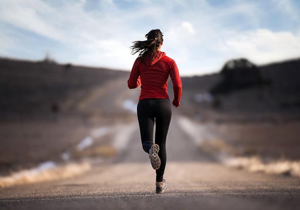 دراسة تنصح المرأة بممارسة الرياضة بمفردها.. والسبب