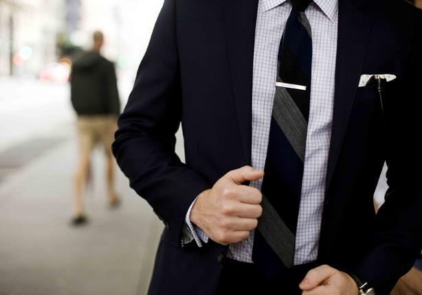بالصور- 6 أخطاء شائعة يقع فيها الرجال عند ارتداء البدلة
