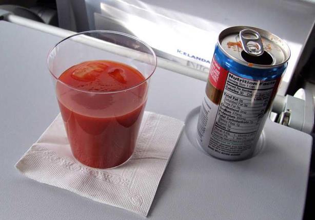 لماذا يشرب المسافرون على متن الطائرات عصير الطماطم؟