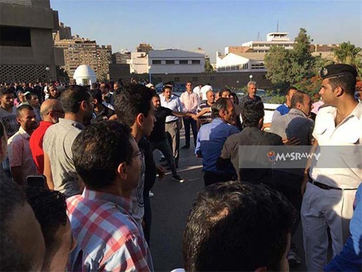 """فيديو- مناوشات بين أهالي مصابي """"أتوبيس المنيا"""" والأمن في معهد ناصر"""