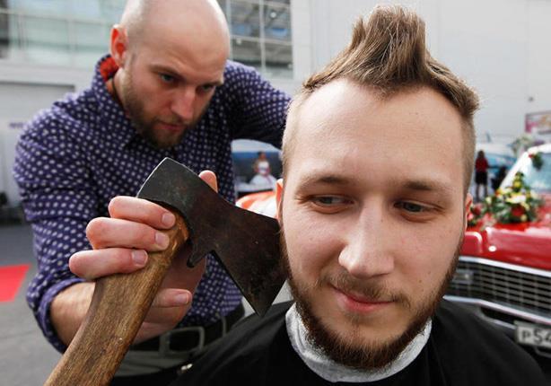 بالفيديو- حقيقة فوائد قص الشعر بالموس والسيف وأخيراً بالفأس
