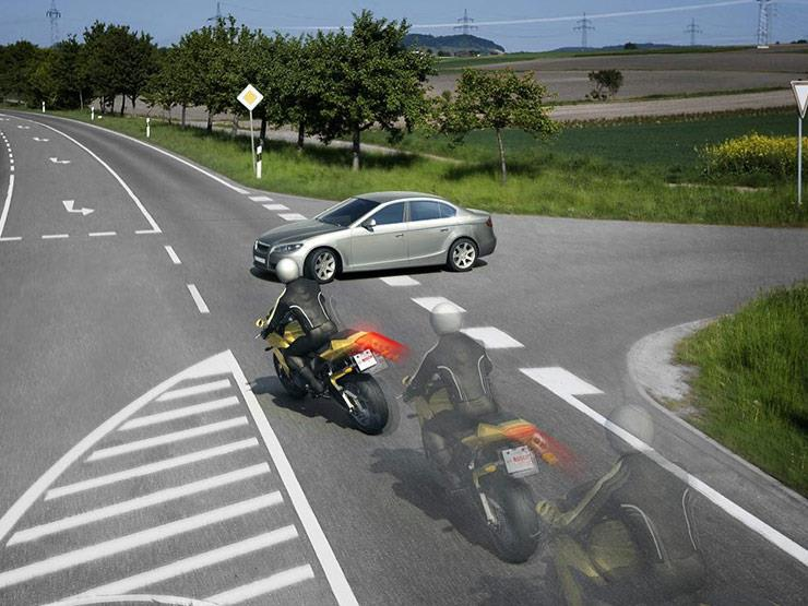 بعكس السيارات.. الدراجات البخارية تحتاج إلى هذا الوقت للتوقف عند الكبح
