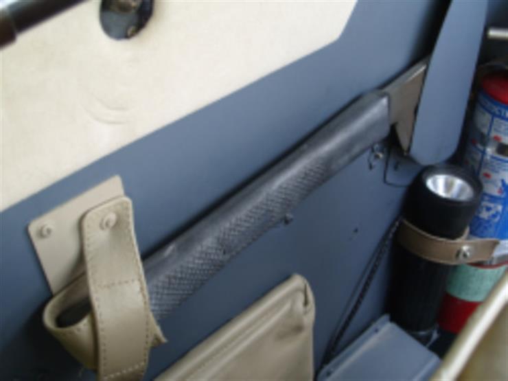 ما السر وراء وجود فأس على الطائرة؟