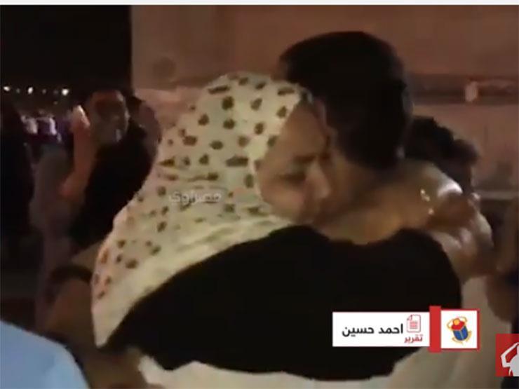 """بالفيديو - أم تنهار عقب خروج ابنها من سجن طره ضمن المفرج عنهم بـ """"العفو الرئاسي"""""""