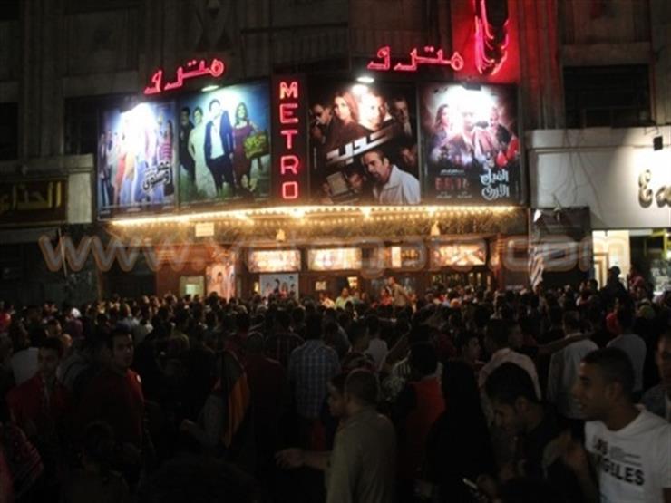 """تدافع أمام سينما مترو بوسط البلد.. والشرطة النسائية تنظم بـ""""الآلكتريك"""""""