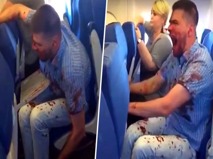 بالفيديو- مسافر مغطى بالدماء يثير قلق المسافرين على متن طائرة
