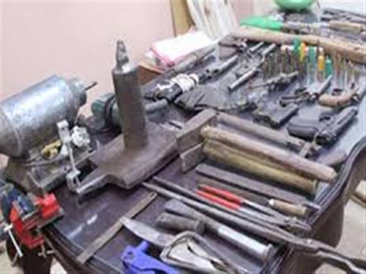 """""""الأمن العام"""": ضبط ورشتين لتصنيع الأسلحة ومرتكبي سطو على مخزن حديد بالمنوفية والقاهرة"""