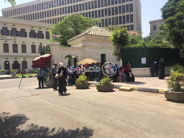"""انتشار """"سماسرة المعاهد الخاصة"""" أمام معامل التنسيق بجامعة القاهرة"""