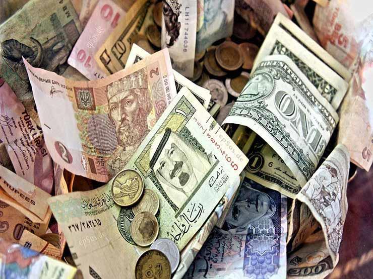 6 عملات عربية وأجنبية تتراجع أمام الجنيه مع استمرار هبوط الدولار