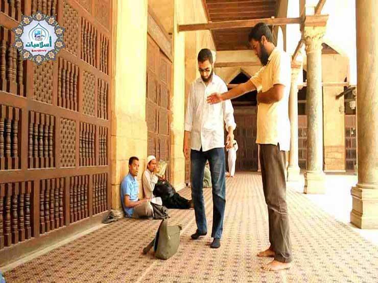 ما حكم الدين في من يمنع أحد من المرور أمامه أثناء الصلاة؟