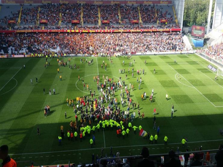 بالفيديو.. جماهير لانس تقتحم الملعب في هزيمة قاسية بحضور كريم حافظ