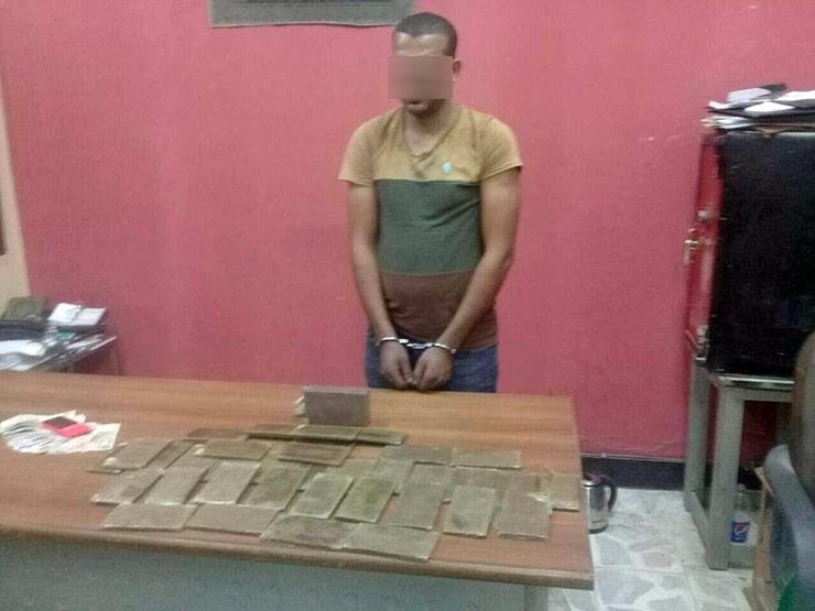 القبض على تاجر مخدرات بحيازته 45 طربة حشيش في السويس