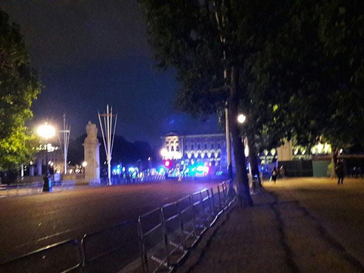 بالفيديو: احتجاز شخص هاجم رجلي شرطة بسكين أمام قصر باكنجهام بلندن