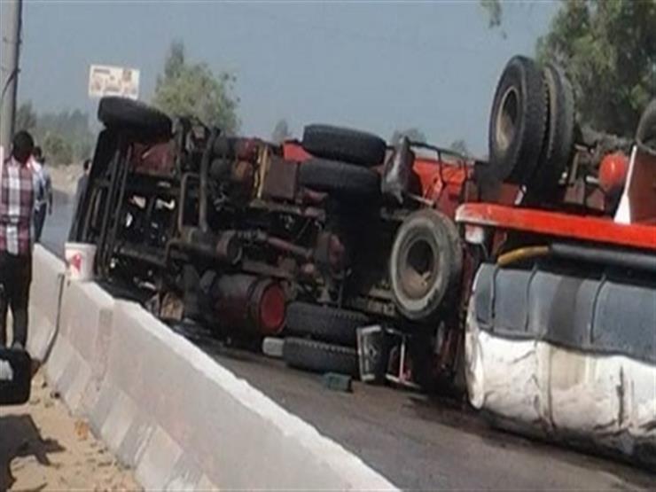 توقف الحركة المرورية على الطريق الزراعي السريع بقها بسبب انقلاب سيارة نقل