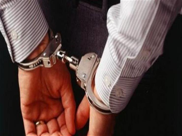 ضبط متهم عرض على موظف بمركز شرطة بني مزار رشوة لعدم تنفيذ قرار قضائي