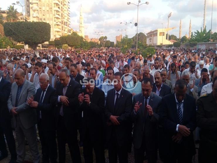 بالصور.. محافظ بورسعيد يشارك الآلاف صلاة عيد الأضحى