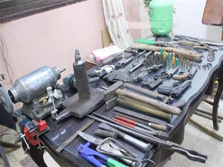 ضبط موظف يدير ورشة لتصنيع الأسلحة النارية في منزله بالمنوفية