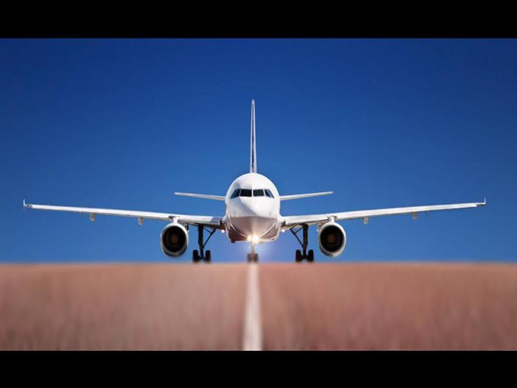 بالفيديو- رجل يفتح باب الطائرة ويقفز لسبب غريب