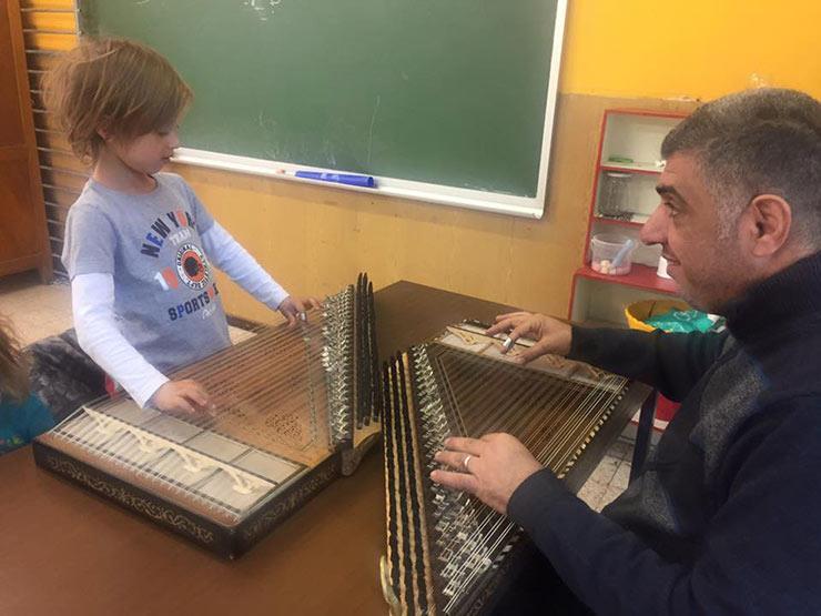 27 عامًا مع الأوتار.. عراقي يعلم أبناء بلجيكا العزف على آلة القانون
