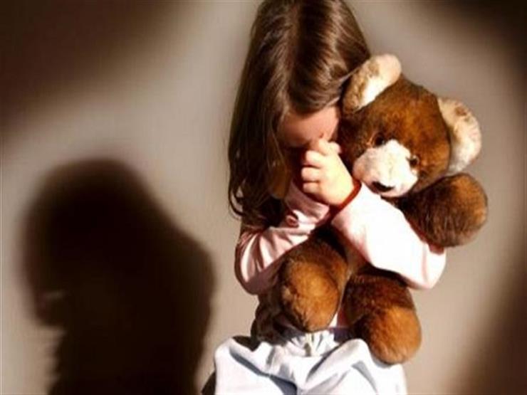 """""""وعدني بالجواز بس لما أكبر"""".. طفلة تكشف تحرش مدرسها المصري بها في الكويت"""