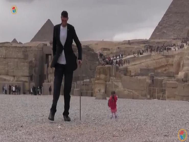 أطول رجل وأقصر امرأة في العالم تحت سفح الأهرامات