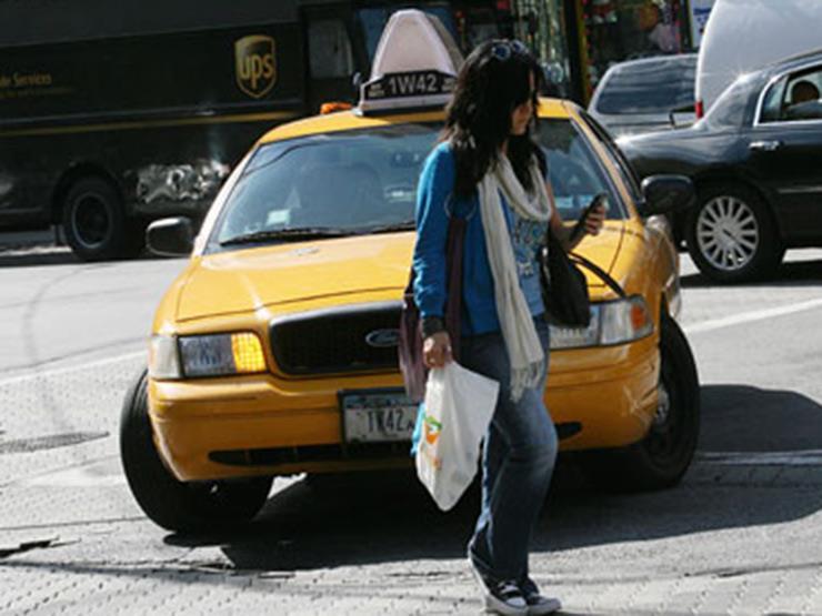 بالفيديو.. رد فعل غريب لسيدة صدمتها سيارة بأحد شوارع روسيا