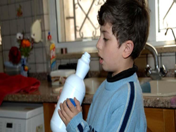 آباء يجبرون أطفالهم على شرب منظف الملابس..والسبب