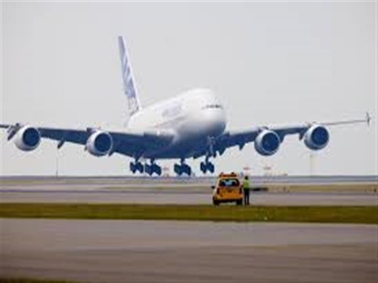 بالفيديو.. راكب يفتح باب الطوارئ ليخرج من الطائرة