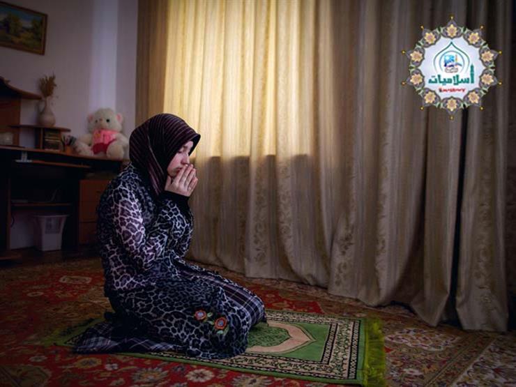 ما حكم صلاة المرأة بدون ارتداء الجورب؟.. الإفتاء تجيب
